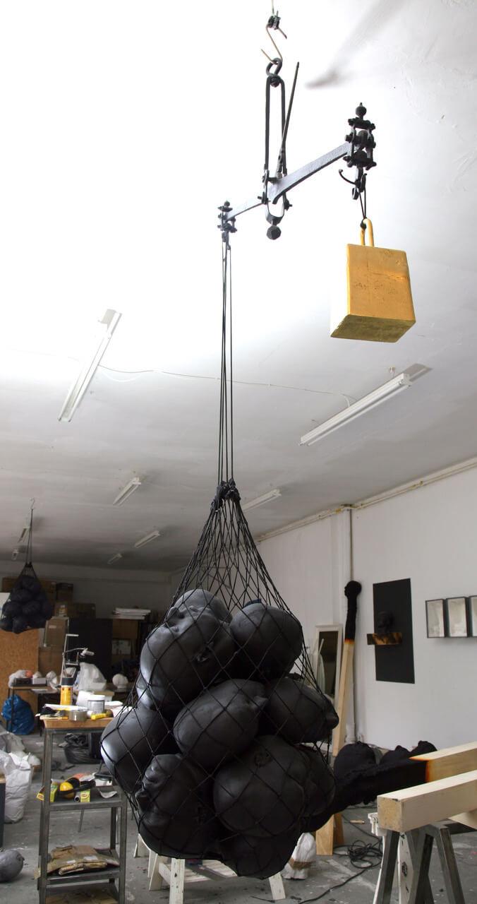 Galerie Benjamin Eck München Poyurethane, Farbe, Metalwaage, vergoldetes Gewicht, Netz